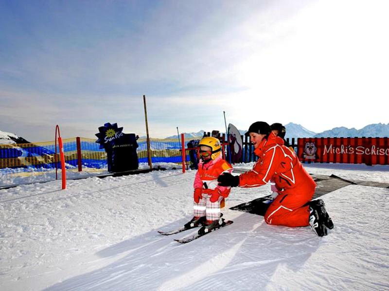 Kindje leert skiën bij skischool Michi's in Gerlos