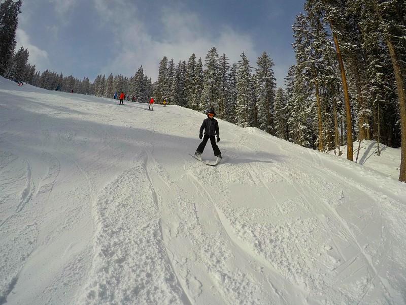 Jongen komt skiënd van de berg af in Lermoos