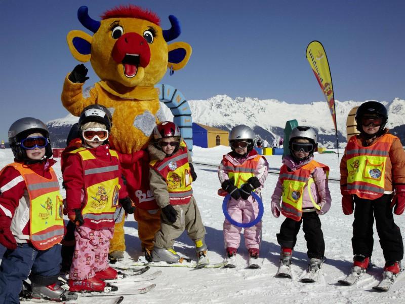 Een skiklasje met mascotte Berta de Koe