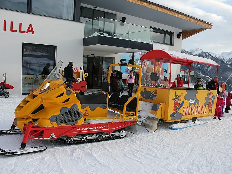 Gezellig met de 'trein' achter de sneeuwscooter!