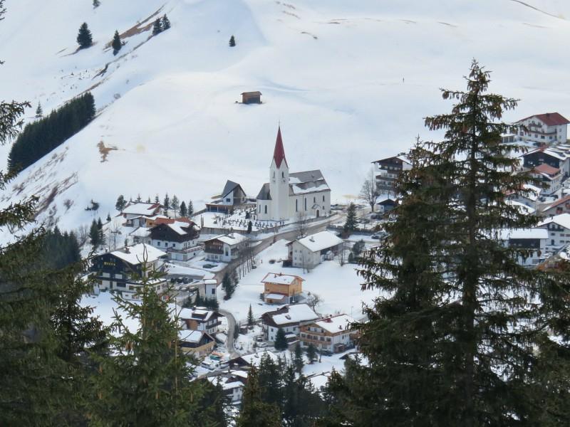 Uitzicht op het dorpje Berwang vanaf de berg