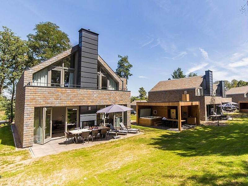 Een jacuzzi op je terras bij de luxe huisjes van Dormio Resort Maastricht!