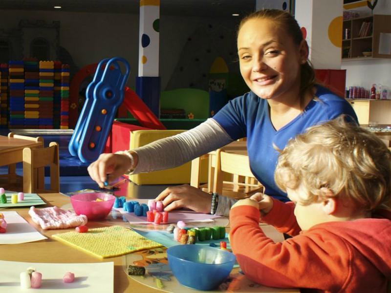 Knutselen aan tafel bij de kinderopvang