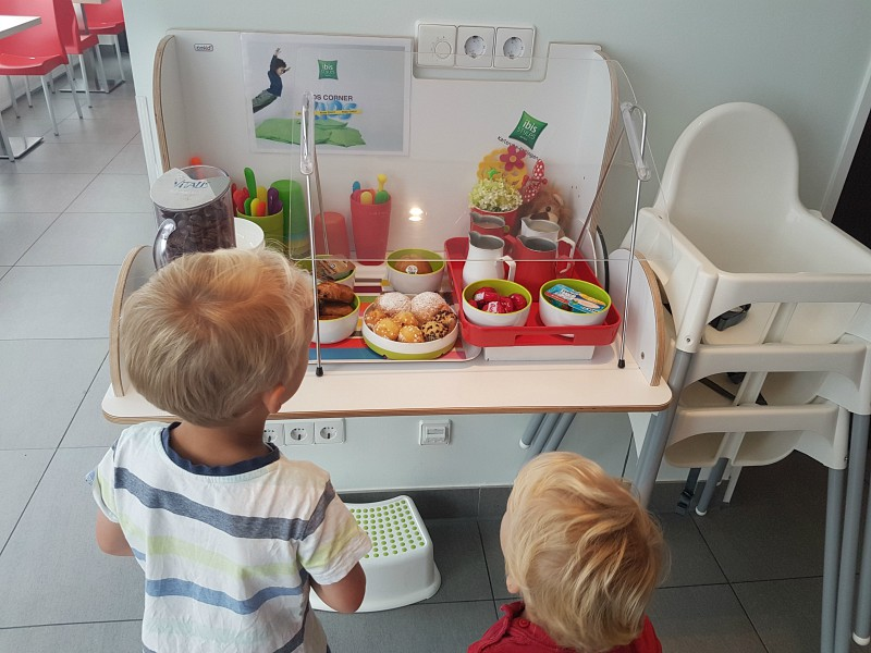 kinder ontbijtbuffet bij Ibis Hotel