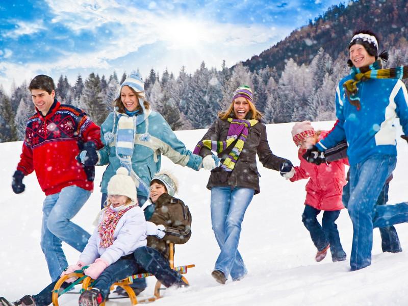 De hele familie heeft fun in de sneeuw
