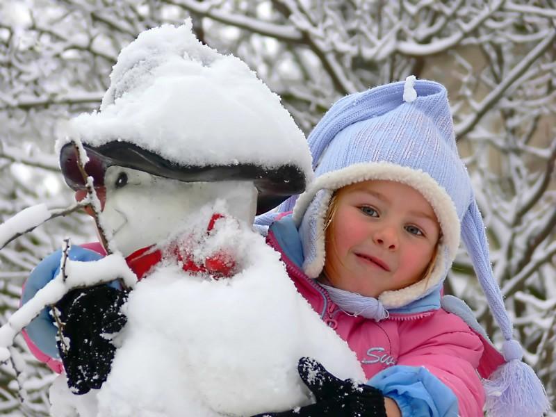meisje met de sneeuwpop