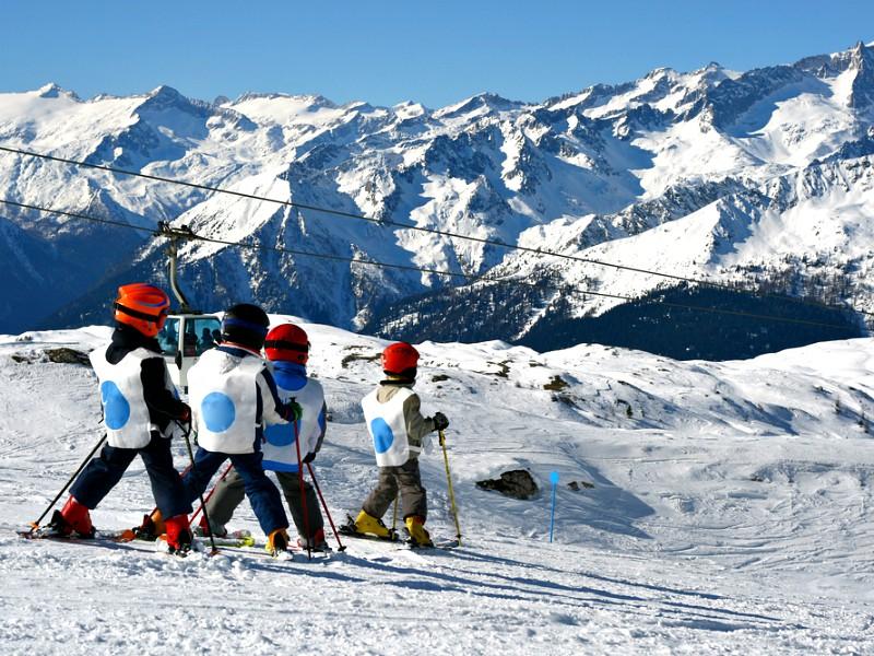 kinderen in een skiklasje