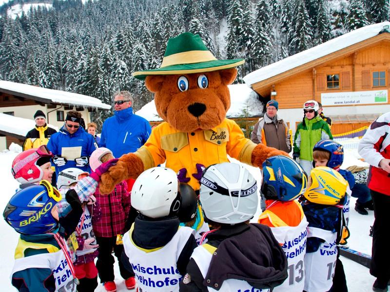 Bollo bezoekt de kinderen na de skiles