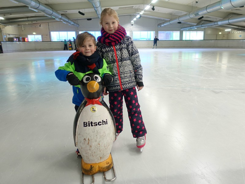Kinderen schaatsen op ijsbaan