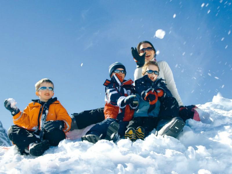 sneeuwpret met het gezin