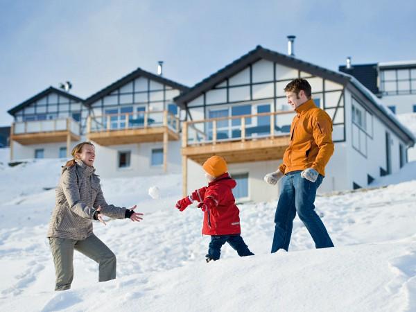 Gezin in de sneeuw in het vakantiepark Landal Winterberg