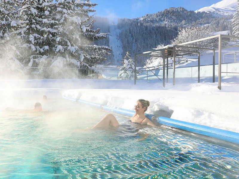 Lekker warm zwemmen met uitzicht op de besneeuwde bergen