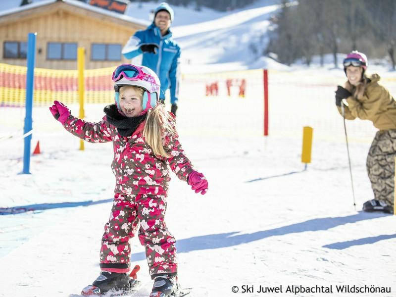 Meisje op skies op de oefenpiste van Reith im Alpbachtal