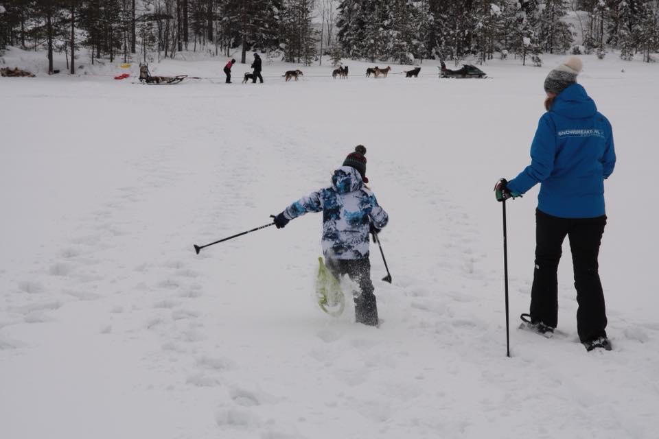 op sneeuwschoenen wandelen naar de husky slee