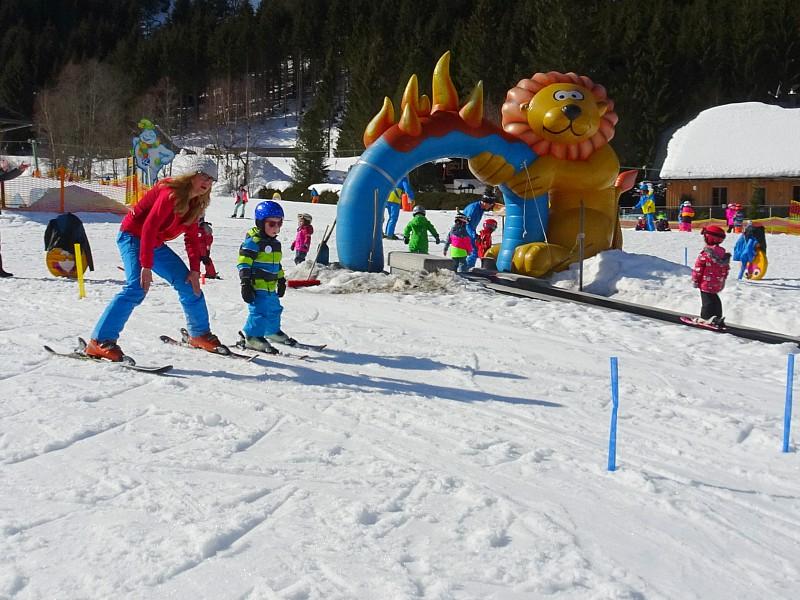 Skiles op de kinderpiste in de Steiermark