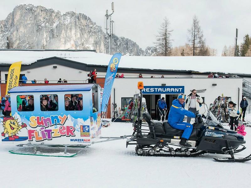 Vervoer per Sunny Flitzer van de skilift naar de skischool!