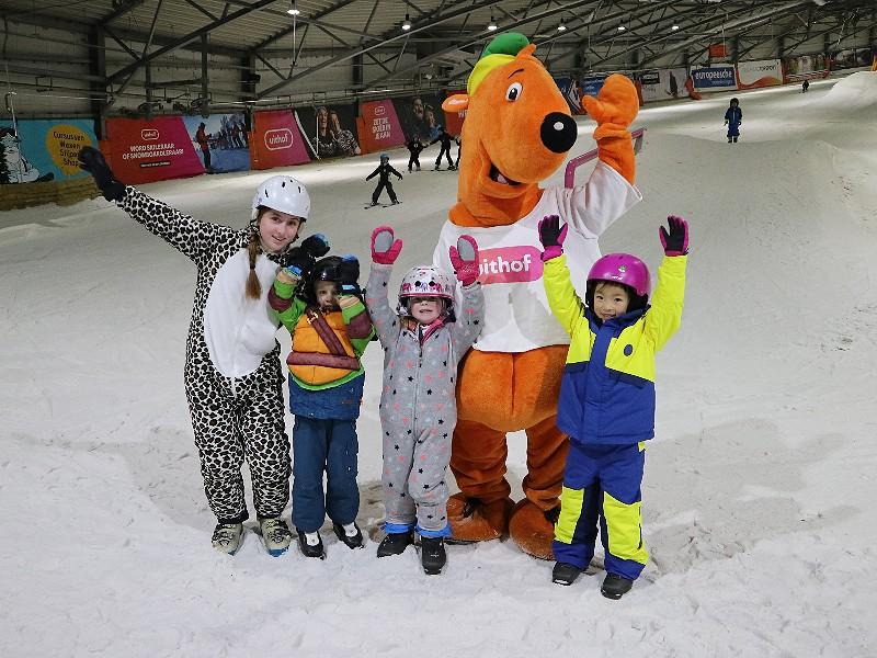 Gezellig skiën bij De Uithof Den Haag met de mascotte!