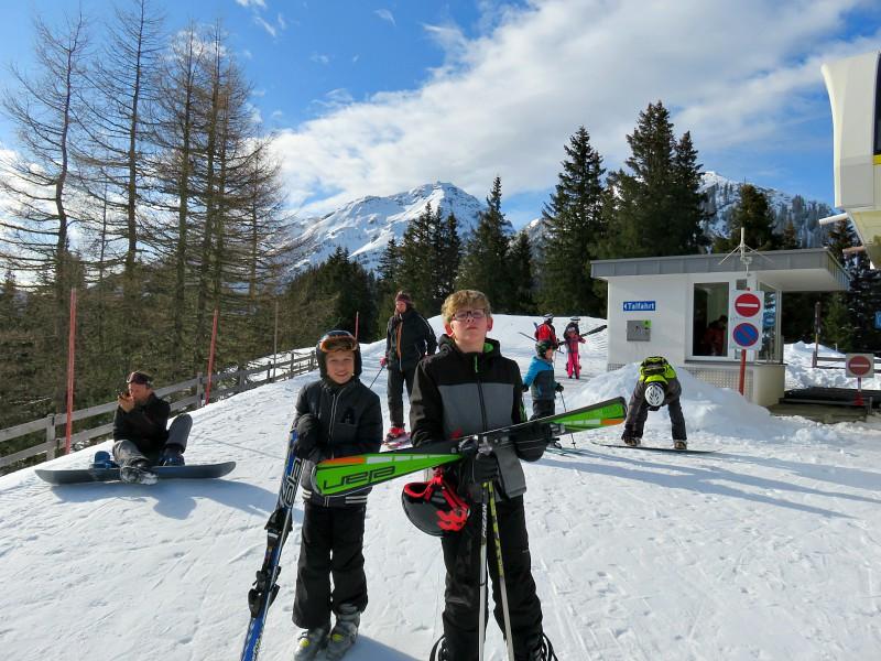 Zeb en Tycho met de ski's in de hand bij de skilift.