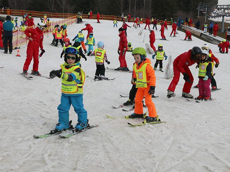 Leren skiën in het kinderland van Lipno