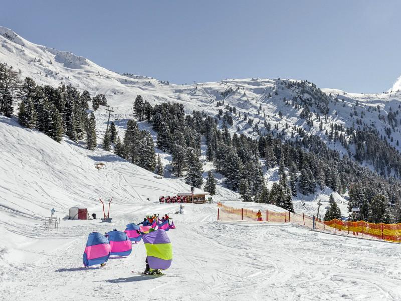 Spelenderwijs leren de kinderen skiën.