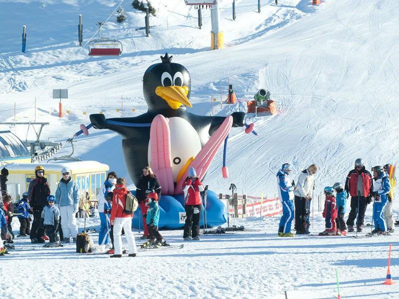 Skischool Berwang mascotte Bobo opblaaspop.