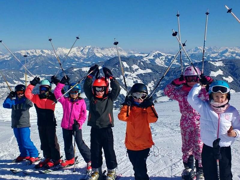 Skiklasje met skistokken in de lucht